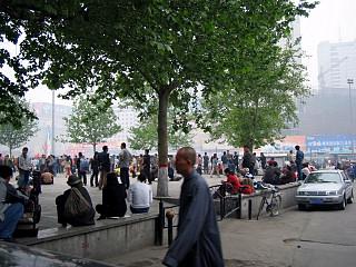 駅前の様子:人が多い