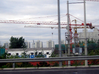 高速から見る建設現場のタワークレーン